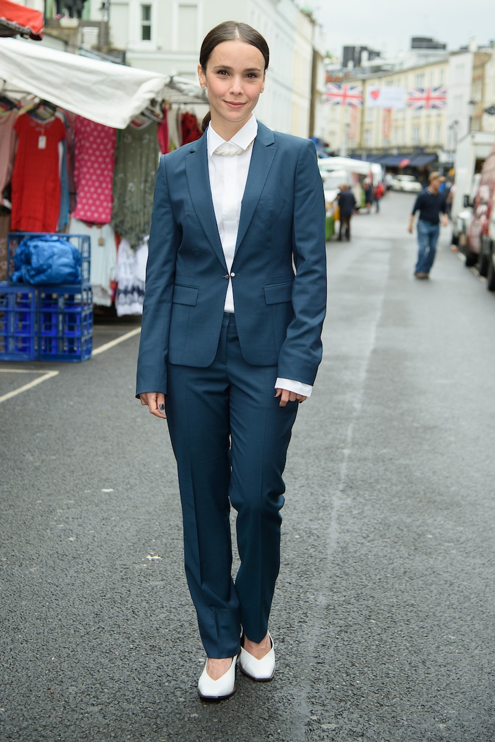 Débora Falabella clicada numa rua de Notting Hill, onde aconteceu a première de 'Aruanas', em Londres — Foto: Joanne Davidson/Globo