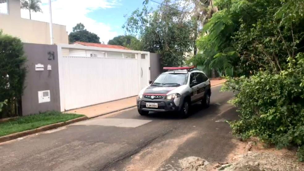 Polícia Civil fez buscas na casa do pai do prefeito, onde encontrou embalagens plásiticas que foram apreeendidas (Foto: Guilherme Lopes/TV TEM)