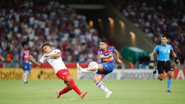 Osvaldo tenta finalização em jogo contra Independiente