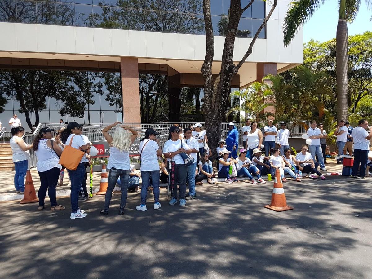 Contra repasses em atraso, educadores protestam em frente à sede do GDF