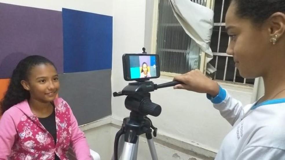 O projeto 'Fora da Bolha' registrou em vídeo a discussão dos alunos sobre problemas como abuso sexual, violência doméstica e homofobia — Foto: Divulgação/BBC News