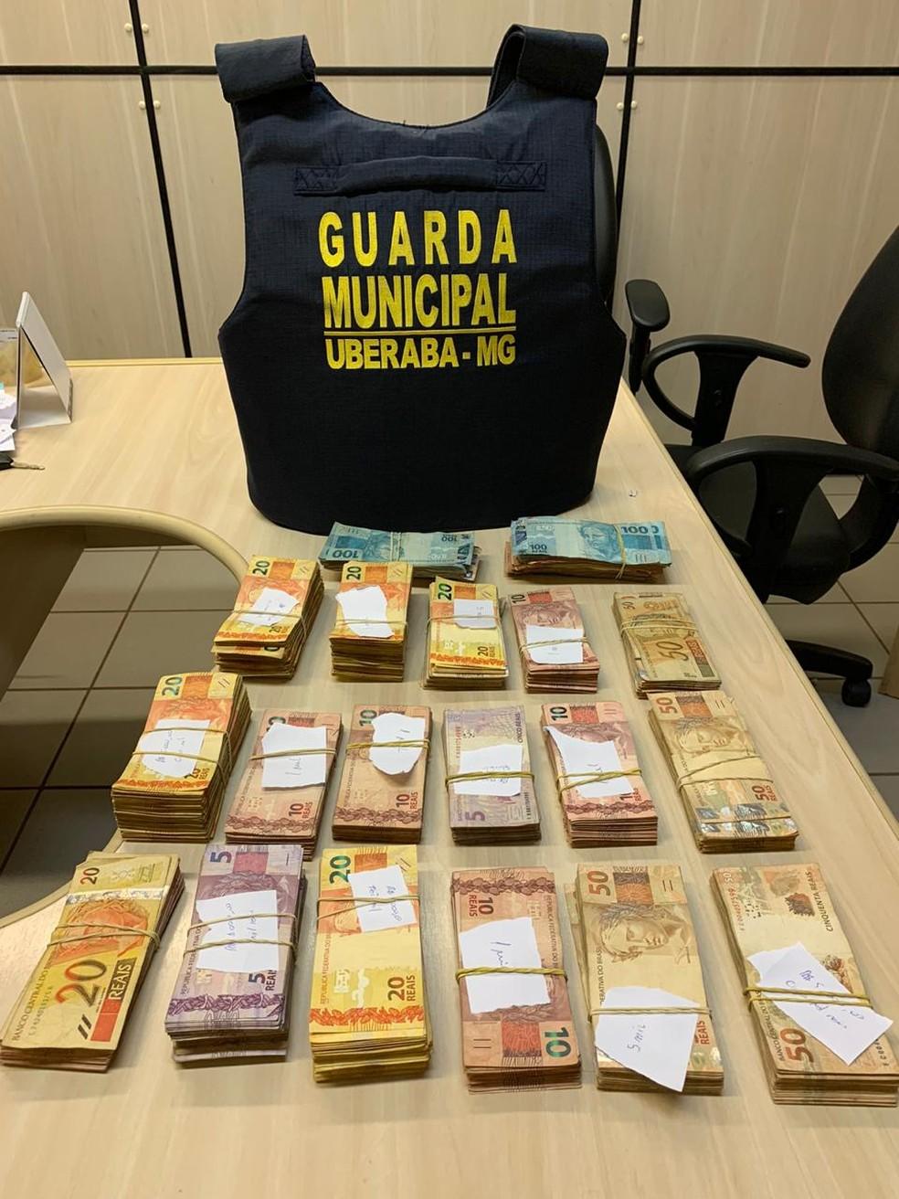 Dinheiro apreendido com mulher em suspeita de fraude no auxílio emergencial em Uberaba — Foto: Guarda Municipal/ Divulgação