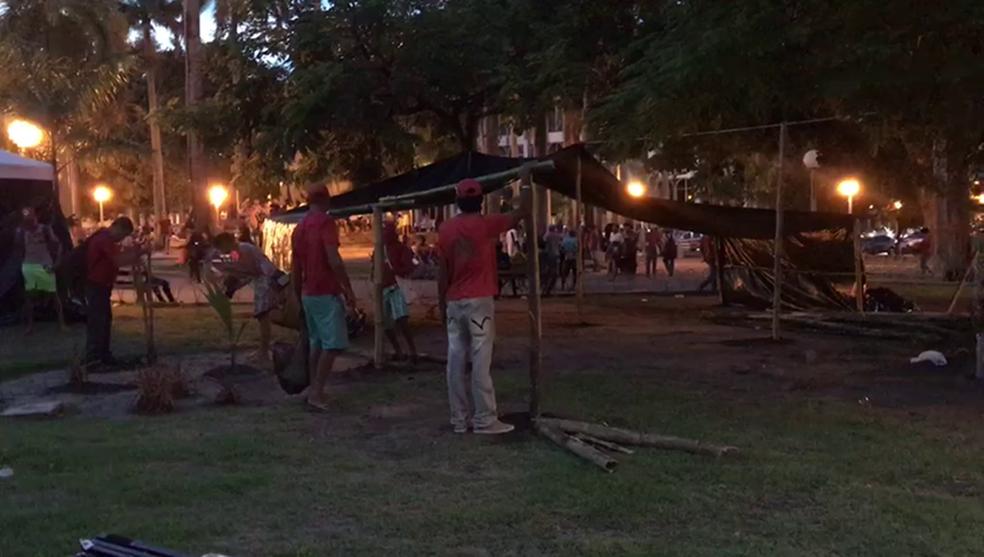Grupo montou acampamento na Praça dos Três Poderes para pedir a soltura do ex-presidente Lula, em João Pessoa, nesta terça-feira, 17 (Foto: Walter Paparazzo/G1)