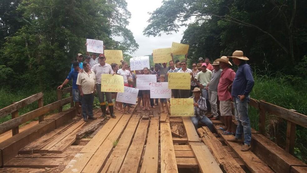Com diversos cartazes, os manifestantes pediram agilidade nas obras de reestruturação da ponte (Foto: Andrieli Pagung/Arquivo pessoal)