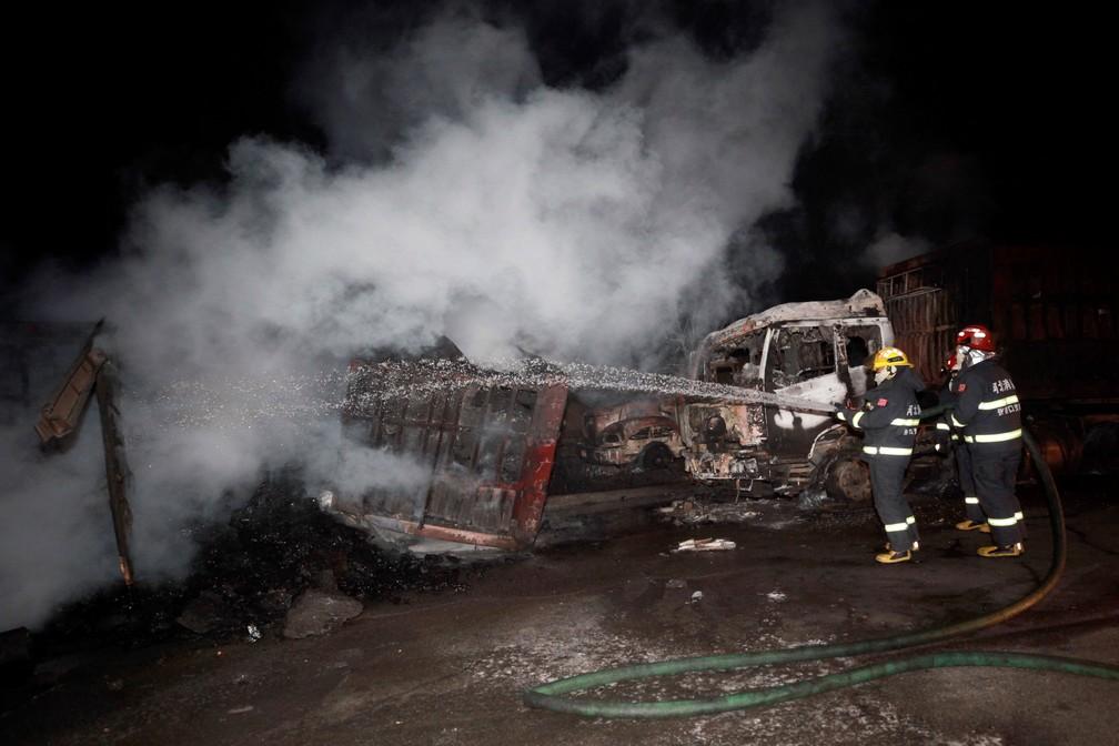 Bombeiros combatem incêndio perto de usina na cidade de Zhangjiakou, na China, nesta quarta-feira (28)  — Foto: Xinhua via AP