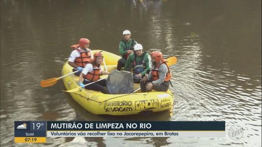 Voluntários recolhem lixo acumulado às margens do Rio Jacaré Pepira em Brotas