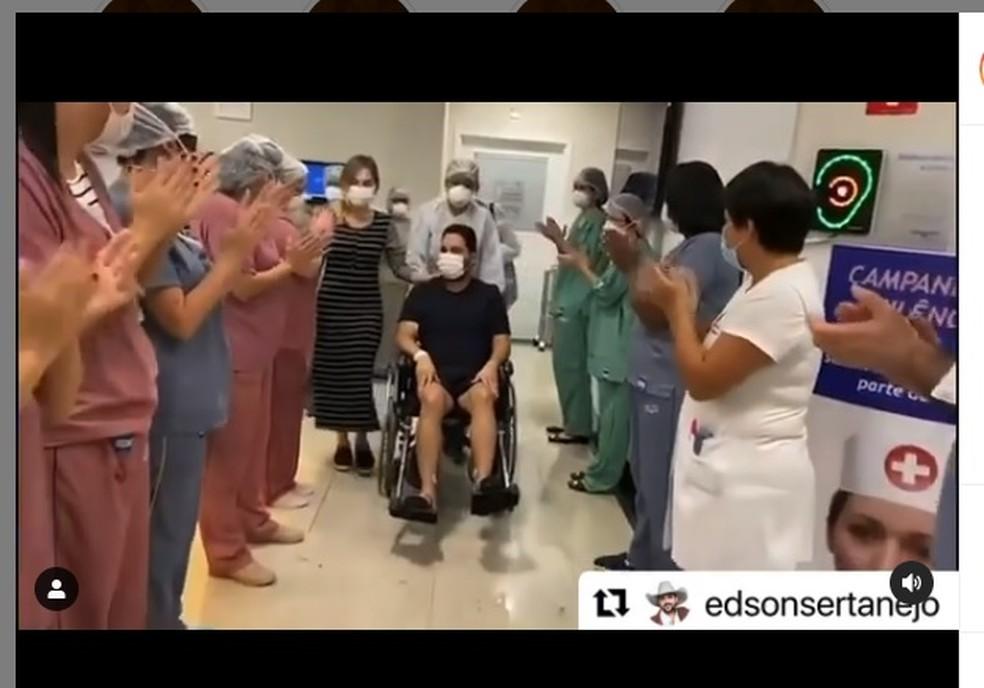 Vídeo mostra cantor Edson deixando UTI de hospital durante tratamento para Covid-19 — Foto: Reprodução/Instagram/EdsoneHudson