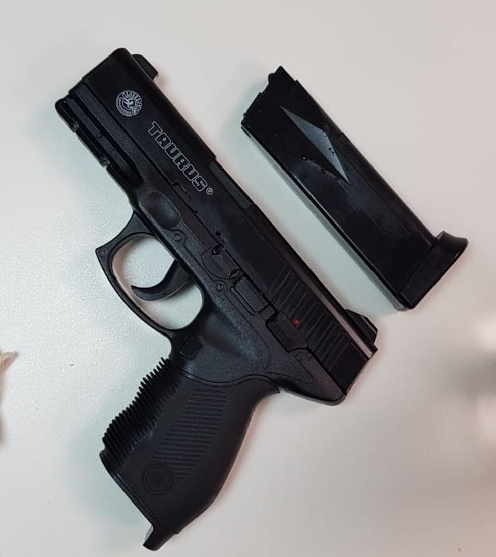 Arma de brinquedo apreendida usada por homem que invadiu o espelho d'água do Congresso Nacional — Foto: Polícia Militar do DF/Divulgação