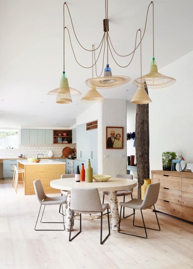 O azul-claro dos armários da cozinha transmite calma à sala de jantar nessa casa de praia no sudeste da Austrália (Foto: Armelle Habib / Living Inside)