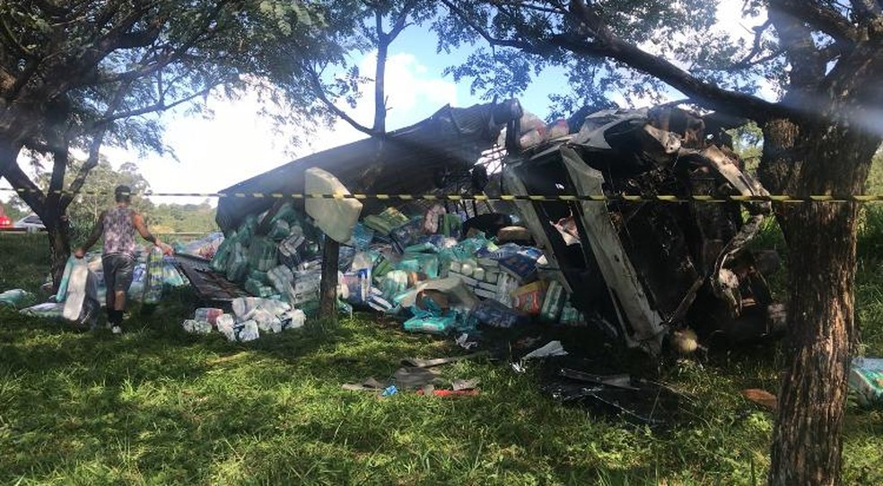 Carga ficou caída na pista em rodovia de Itatiba após acidente  — Foto: Bárbara Leão/TV TEM