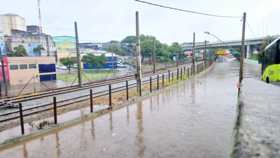 Avenida Vilarinho tomada pela água: não dá nem pra ver o asfalto — Foto: Lucas Franco/Globo