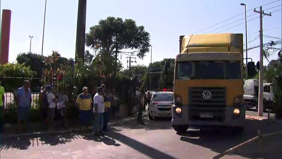 Caminhão deixa posto de distribuição em São Paulo na segunda-feira (12), após início da greve geral dos funcionários (Foto: Reprodução/TV Globo)