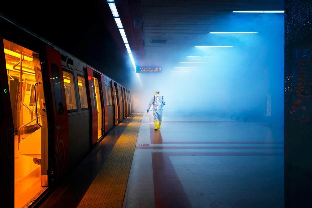 Fotografia de rua: 'Disinfection', funcionário desinfeta plataforma de trem em Ancara, Turquia — Foto: F. Dilek Uyar (Turquia)/Sony World Photography Awards