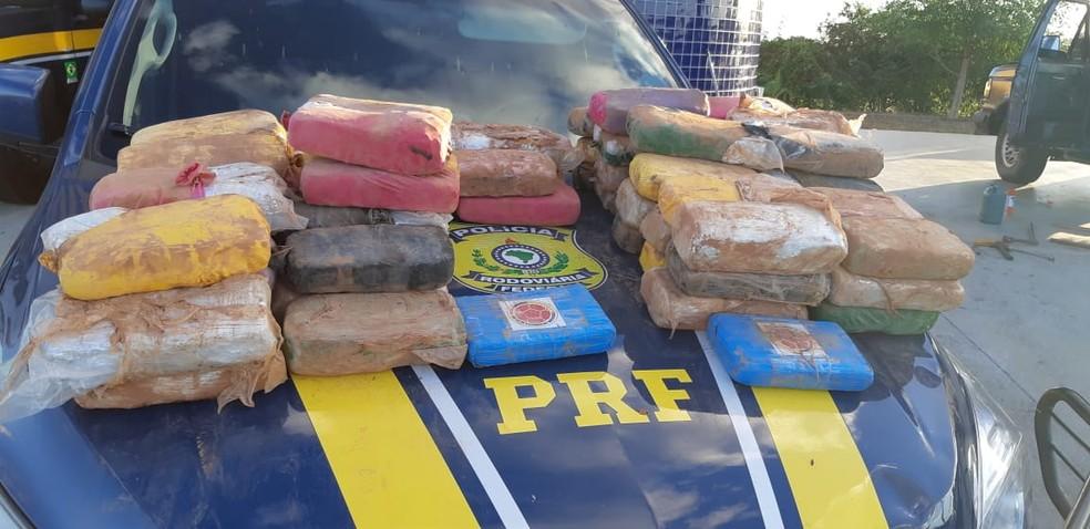 Drogas estavam escondidas em fundo falso de caminhão fiscalizado pela PRF, no RN — Foto: PRF/Divulgação