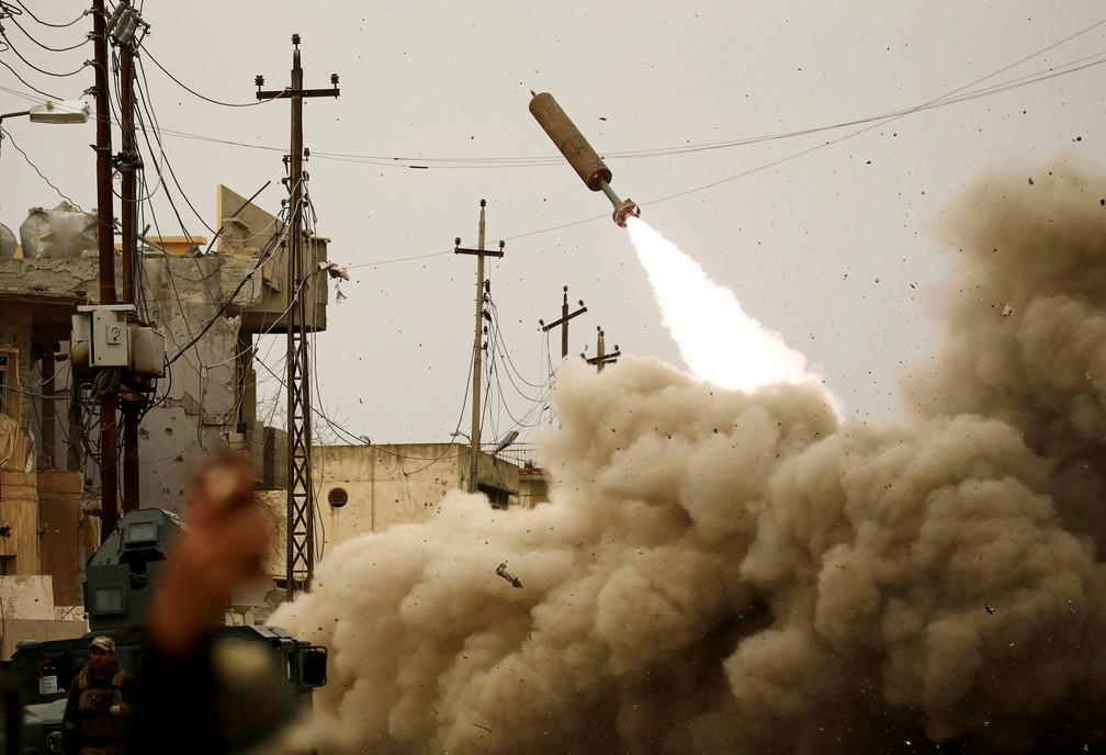Exército do Iraque lança míssil contra combatentes do Estado Islâmico durante batalha em Mossul (Foto: Thaier Al-Sudani/ Reuters)