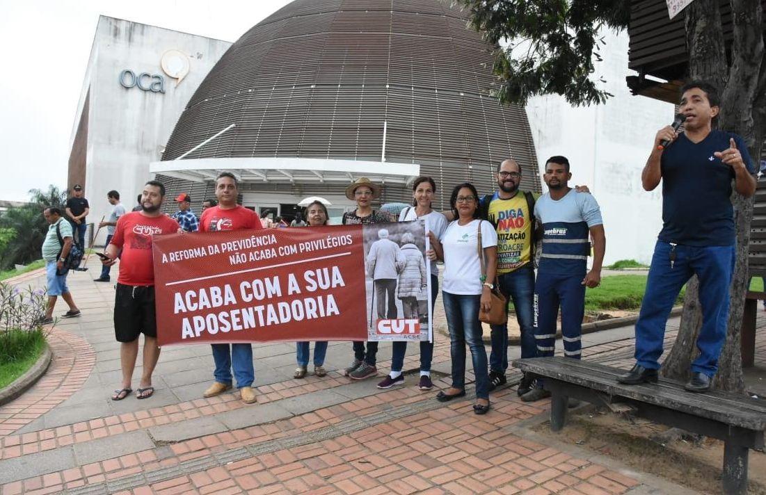 Em Rio Branco, grupo protesta contra a reforma da Previdência