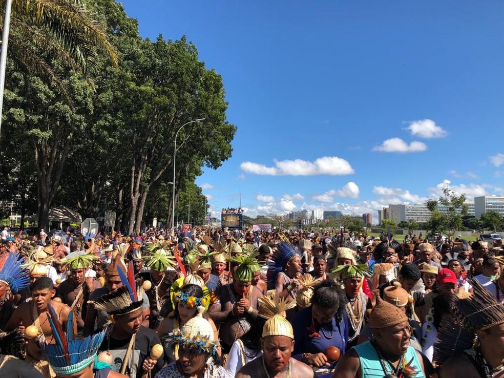 Indígenas fecham parte da Esplanada dos Ministérios em protesto do Acampamento Terra Livre — Foto: Bruno Marques/Apib