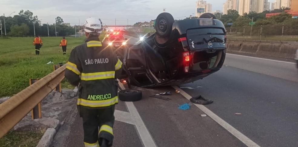 Adolescente perde o braço e outra fica ferida em capotamento de carro na Dutra em São José  — Foto: Divulgação/ Corpo de Bombeiros