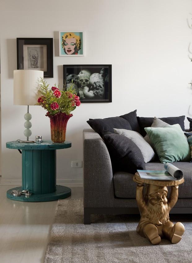 Ao lado do sofá, a bobina de madeira pintada de azul atua como mesa lateral. Casa do arquiteto Mauricio Karam (Foto: Edu Castelo / Casa e Jardim)