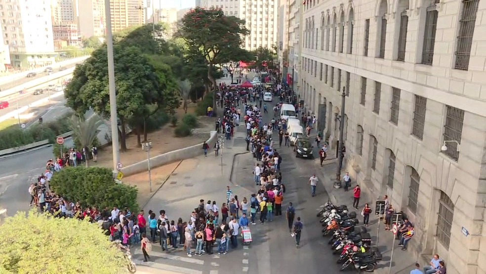 Fila tem cerca de 2 mil pessoas à procura de emprego em São Paulo (Foto: TV Globo/Reprodução)