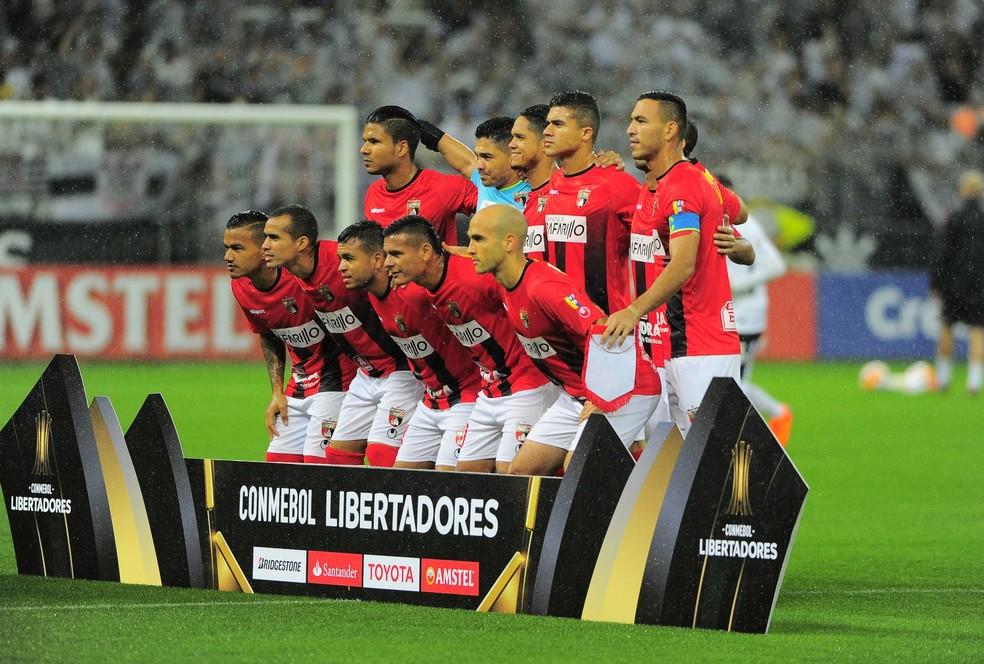 Lara enfrentou o Corinthians em Itaquera. Andreutti é o último agachado à direita (Foto: Marcos Ribolli)