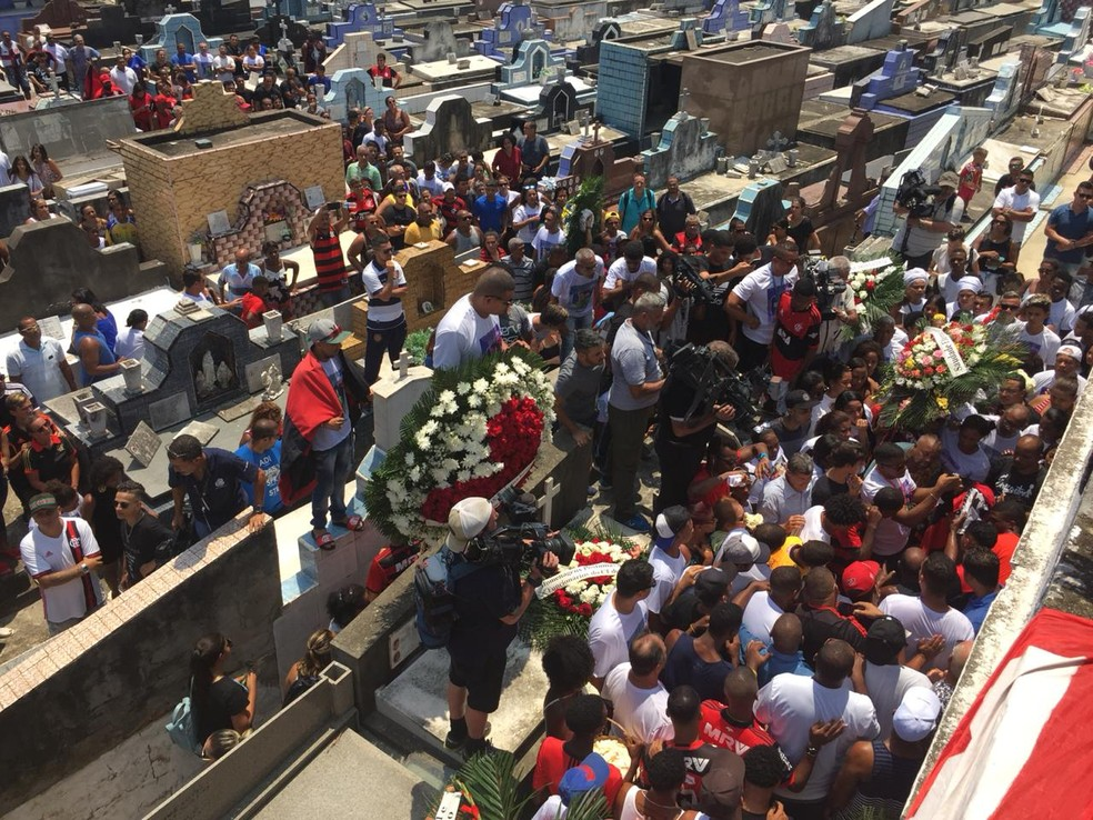 Christian Esmério foi enterrado no começo da tarde de domingo (10) no Cemitério de Irajá, na Zona Norte do Rio — Foto: Fernanda Rouvenat/ G1