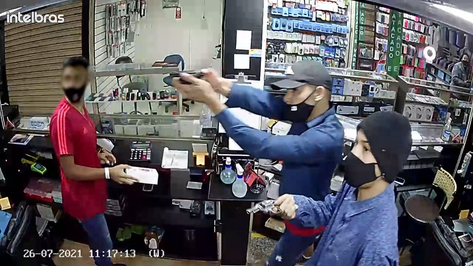 VÍDEO: dupla rende funcionários e rouba celulares em loja no Shopping Popular de Ceilândia