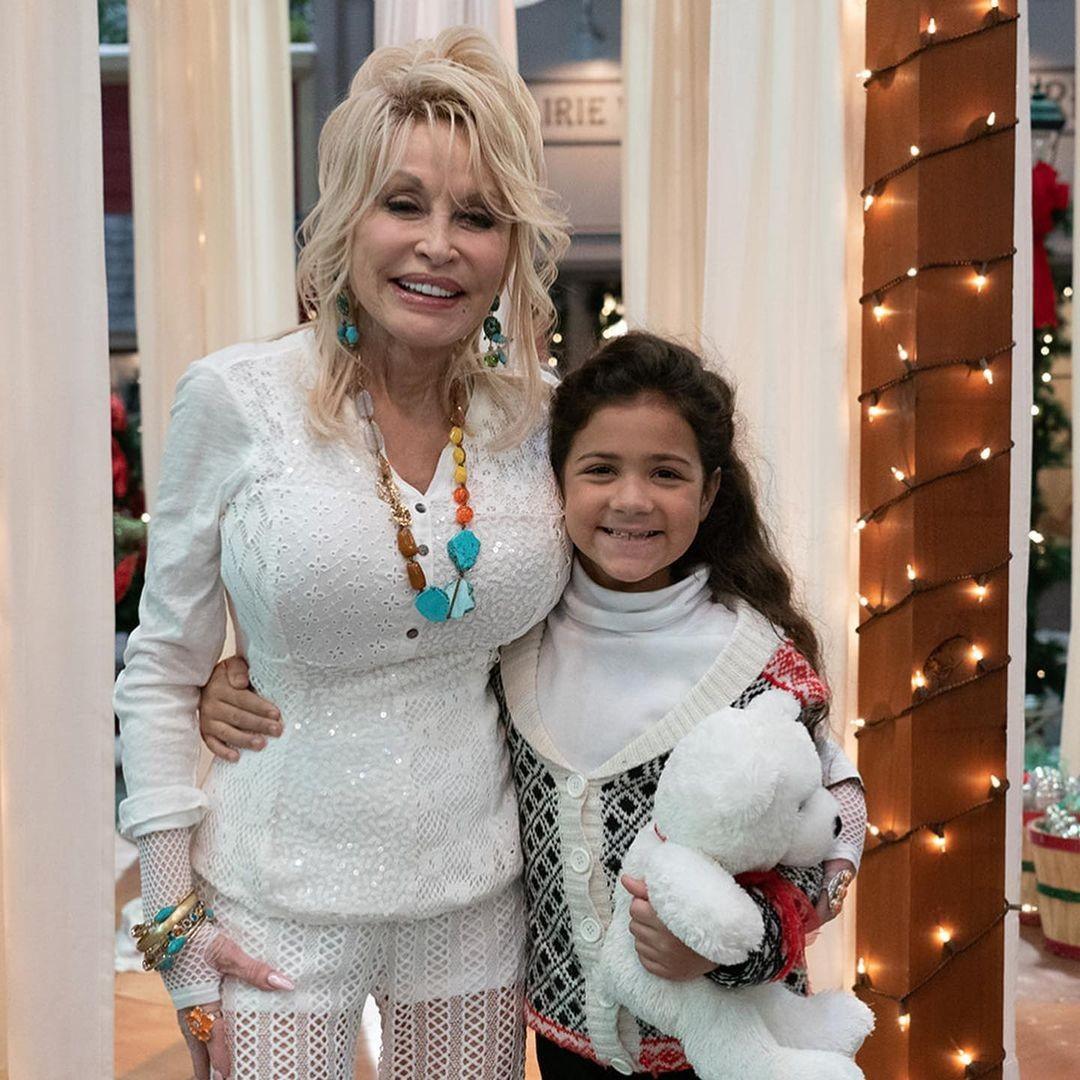 """Atriz de 9 anos relata que Dolly Parton a salvou de ser atropelada: """"Fiquei em choque"""" - Vogue   celebridade"""