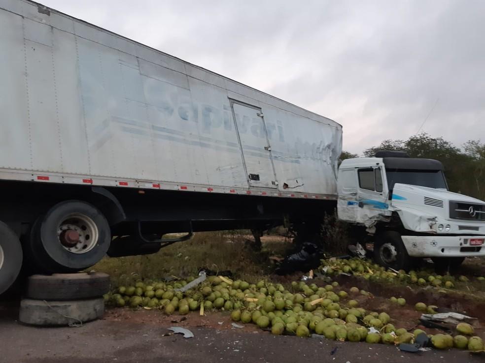 PRF informou que acidente ocorreu após carreta e caminhão desviarem de animais na pista e baterem de frente — Foto: PRF/ Divulgação