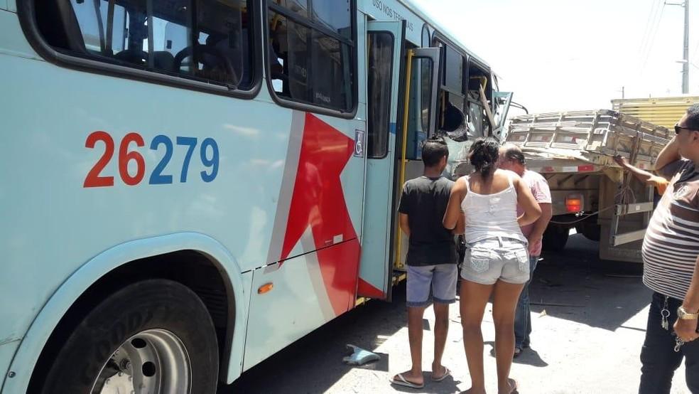 Acidente entre ônibus e caminhão ocorreu na Avenida Alberto Craveiro, em Fortaleza, nesta segunda-feira (Foto: Arquivo pessoal)