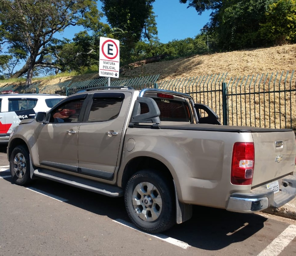 Policiais conseguiram rastrear o carro roubado na Rua Mário Soave — Foto: Divulgação/PM
