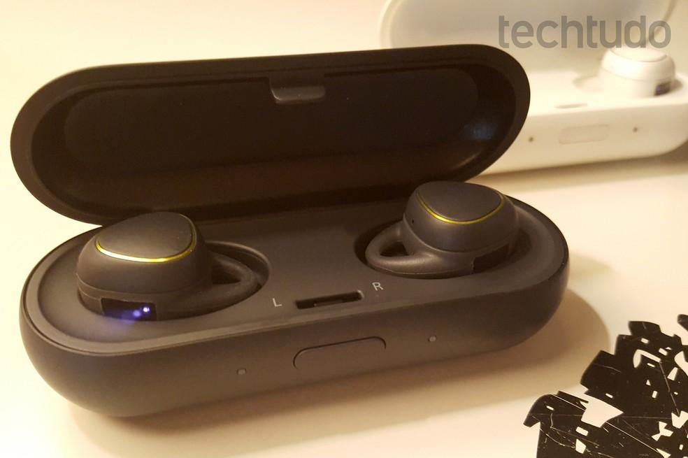 Samsung Gear IconX tem case portátil para recarregador os fones de ouvido — Foto: Thássius Veloso/TechTudo