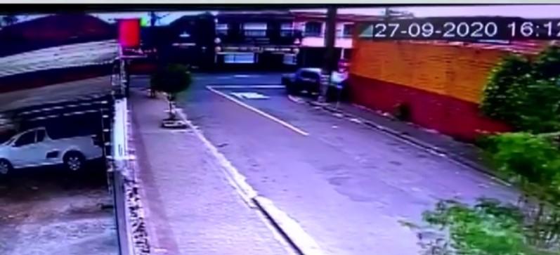 Muro de oficina cai sobre caminhonete após acidente em Londrina; VÍDEO