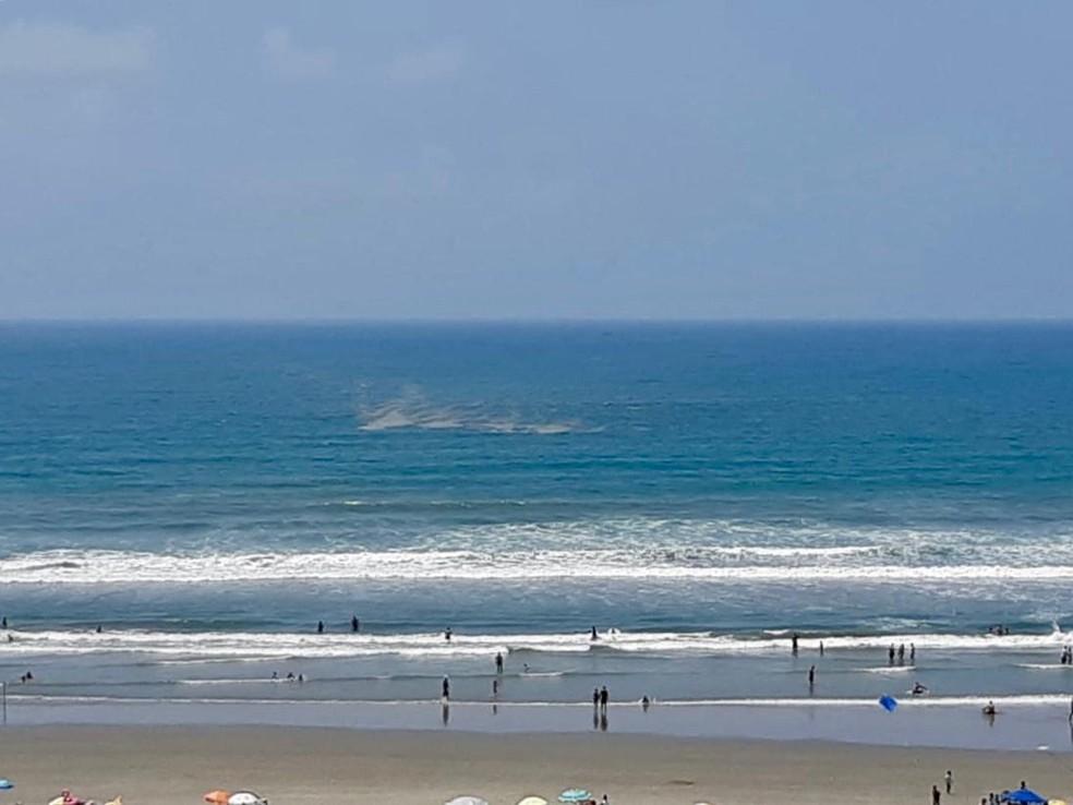 Uma moradora de Praia Grande, SP, registou parte da substância nas proximidade da orla do bairro Canto do Forte — Foto: G1 Santos