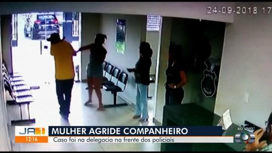 Vídeo mostra mulher batendo em namorado dentro de delegacia após ele ir ao local denunciá-la por agressão, em Jaraguá