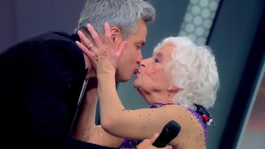 Otaviano Costa dá selinho em dançarina de 84 anos e manda recado para Flávia Alessandra