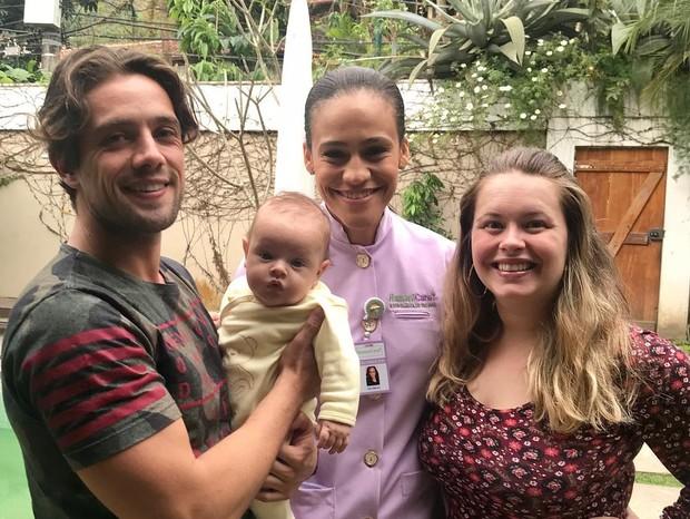 Rafael Cardoso e Mari Bridi vacinam filho (Foto: Instagram/Reprodução)