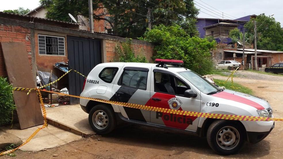 Polícia isolou a entrada da casa em Sousas para preservar o local das mortes em Campinas (Foto: Fernando Pacífico/G1)