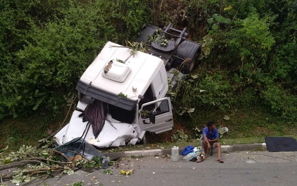 Motorista de caminhão perde controle da direção e cai em ribanceira em Salvador — Foto: Almir Santana/TV Bahia