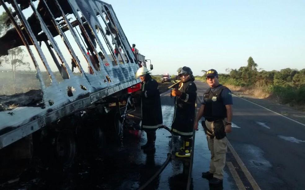 Corpo de Bombeiros fez combate a chamas que atingiram carreta, na BR-101 (Foto: Divulgação/ PRF)