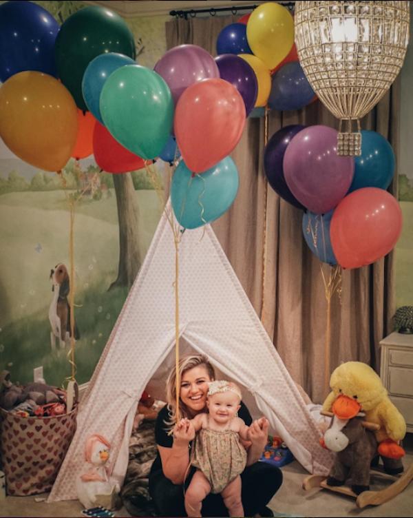 A cantora Kelly Clarkson e um de seus filhos (Foto: Instagram)