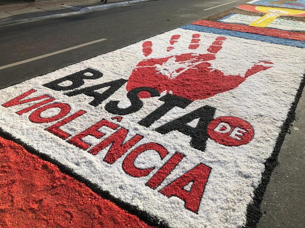Debates importantes do cotidiano também fizeram parte das temáticas abordadas pelas ilustrações dos tapetes de Corpus Christi em São Gonçalo (RJ) (Foto: Carlos Brito/G1)