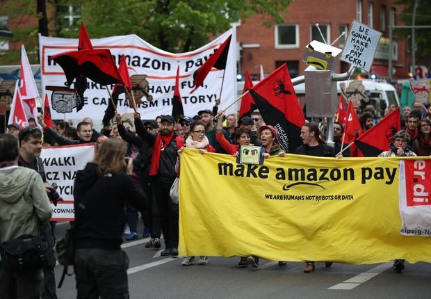 Alemães e funcionários da Amazon protestam contra política de salários da empresa em frente à prédio onde Jeff Bezos recebia prêmio de inovação (Foto:  Sean Gallup/Getty Images)