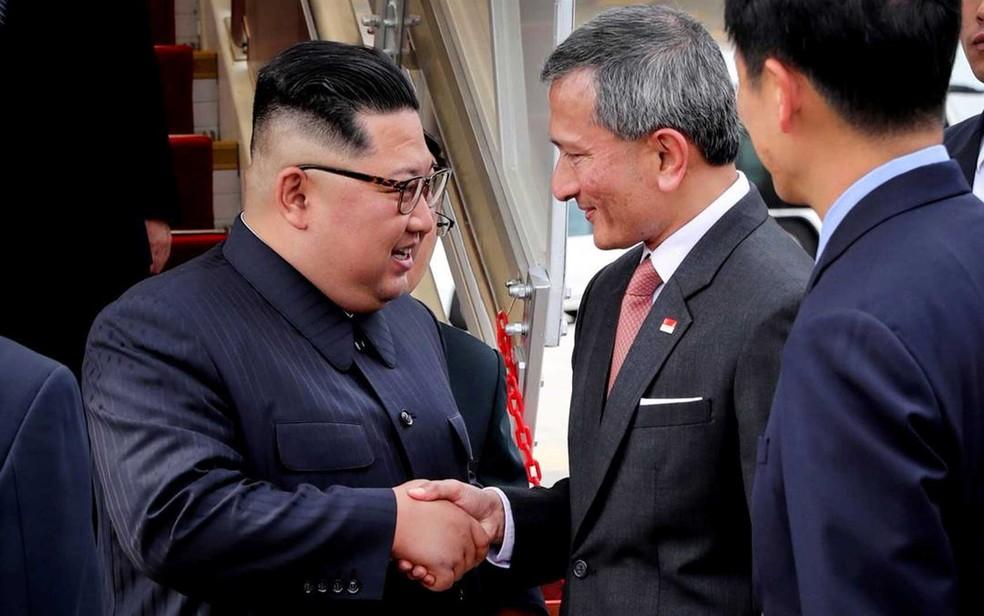 O líder da Coreia do Norte Kim Jong-un e o ministro de relações Exteriores de Singapura, Vivian Balakrishnan (Foto: Reuters)