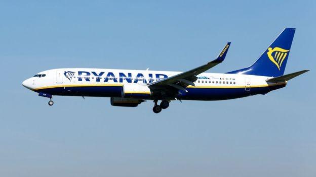 O incidente gerou uma onda de críticas à Ryanair, por não ter retirado o passageiro agressor da aeronave (Foto: PA via BBc News Brasil)