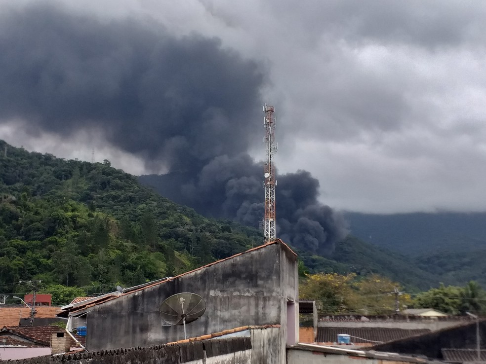 Fogo na serra pode ser visto por moradores do bairro Rio do Ouro em Caraguá — Foto: Hawenna Morais,/Vanguarda Repórter