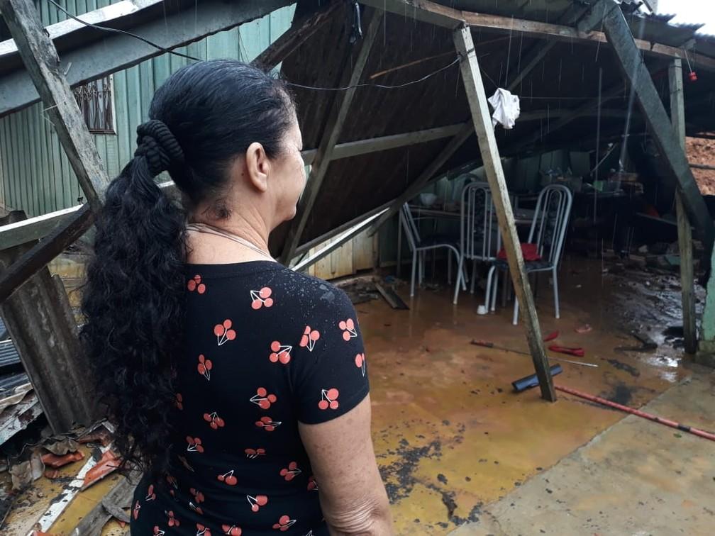 Maria volta em casa após desabamento de muro — Foto: William Andrade/Rede Amazônica