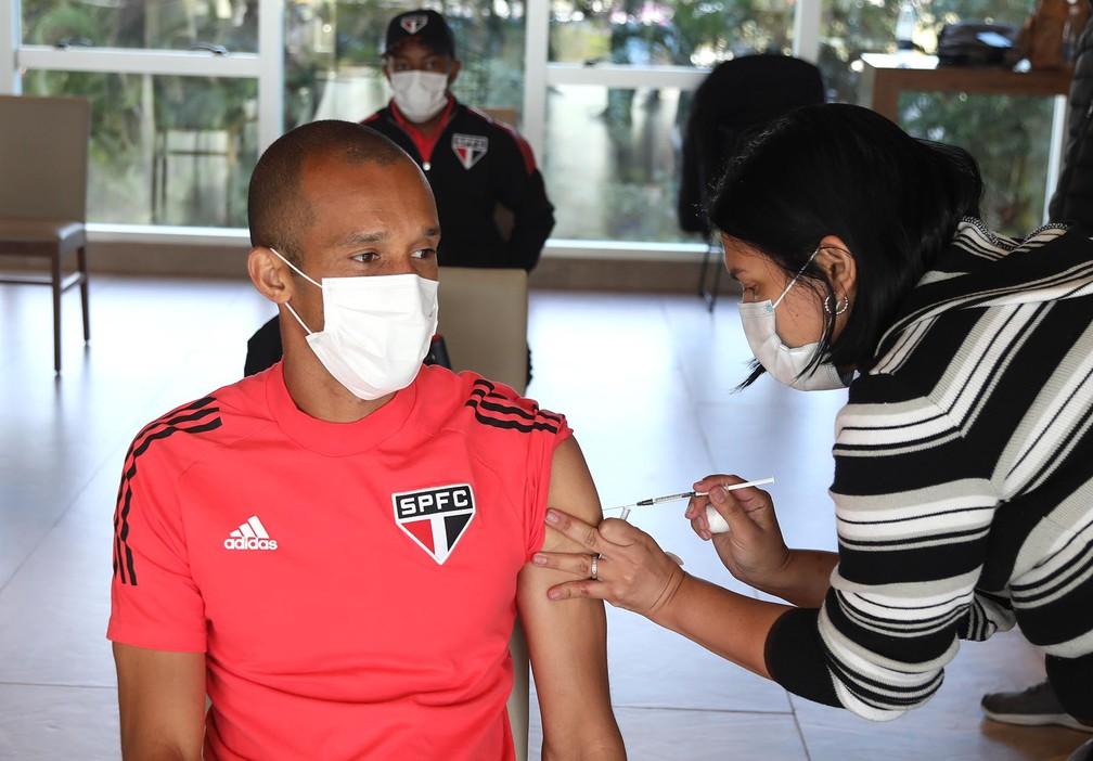 Miranda e jogadores do São Paulo estiveram nesta quinta-feira no Paraguai — Foto: Rubens Chiri/saopaulofc