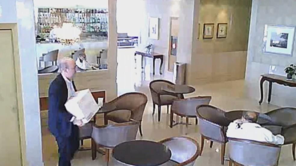 Leandro Nunes foi flagrado recebendo um repasse de dinheiro dentro de uma caixa de vinho — Foto: Reprodução/TV Globo