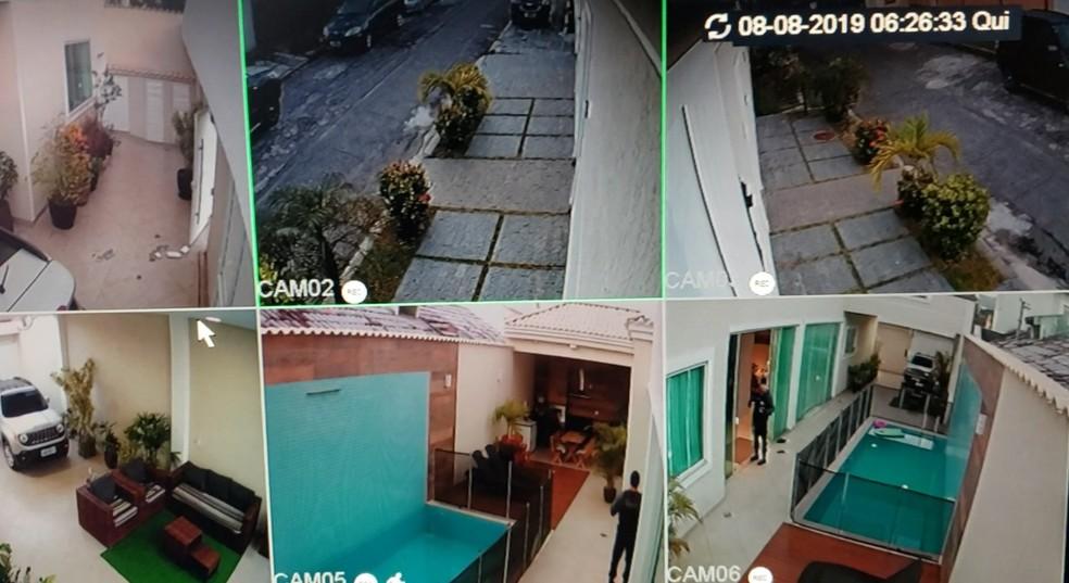 Agentes da Polícia Civil percorrem a casa em que vivia Carlinhos Cocaína — Foto: Divulgação